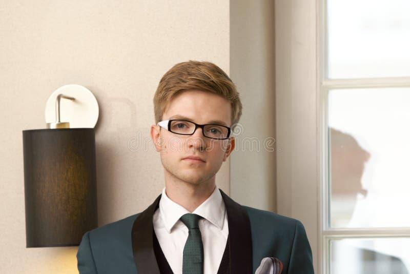 Homem à moda considerável novo no café na moda fotografia de stock royalty free
