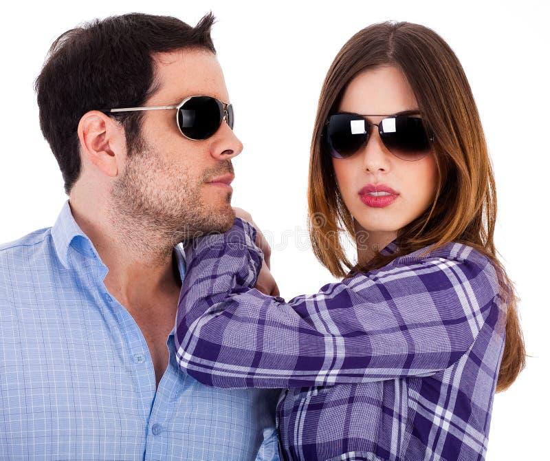 Homem à moda e mulheres que desgastam óculos de sol imagem de stock