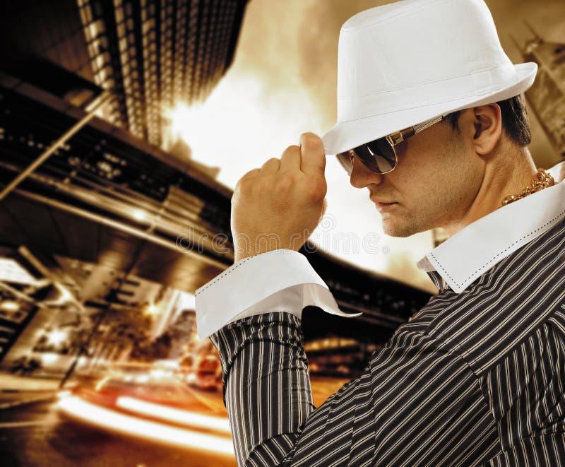 Homem à moda em um chapéu imagens de stock