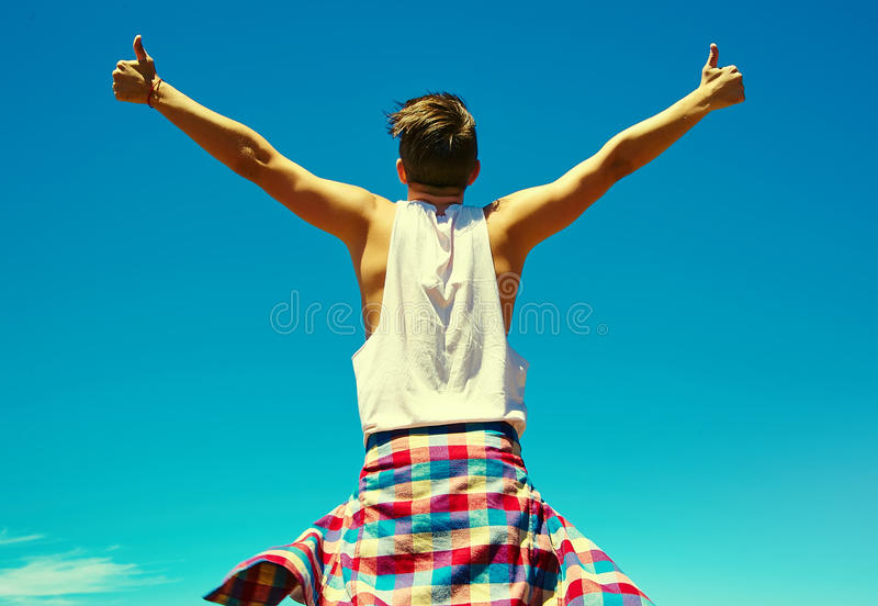 Homem à moda feliz na roupa ocasional do moderno fotos de stock royalty free