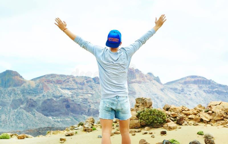 Homem à moda feliz na roupa ocasional do moderno imagens de stock royalty free