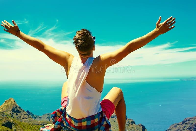 Homem à moda feliz na roupa ocasional do moderno fotos de stock