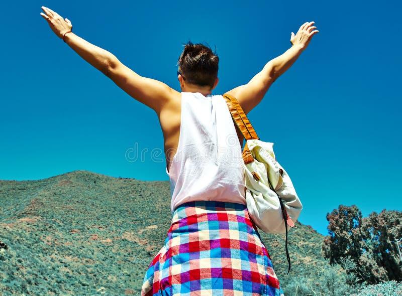 Homem à moda feliz na roupa ocasional do moderno foto de stock royalty free