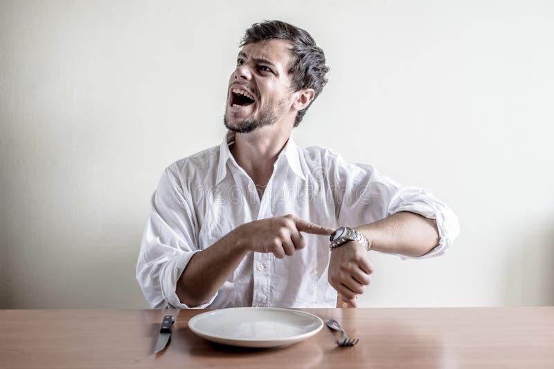 Homem à moda novo com o relógio de pulso branco do tempo da camisa fotos de stock royalty free