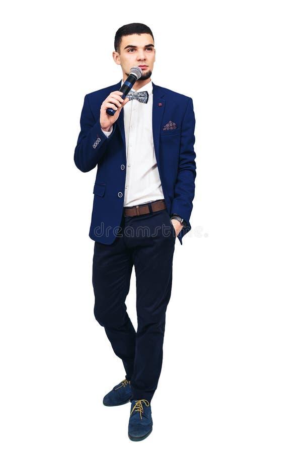 Homem à moda novo com um microfone em sua mão fotos de stock royalty free