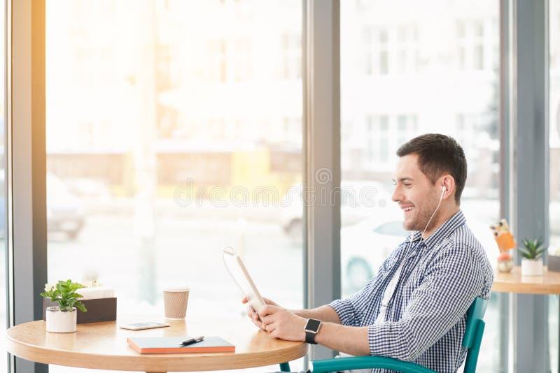 Homem à moda novo no café imagens de stock royalty free