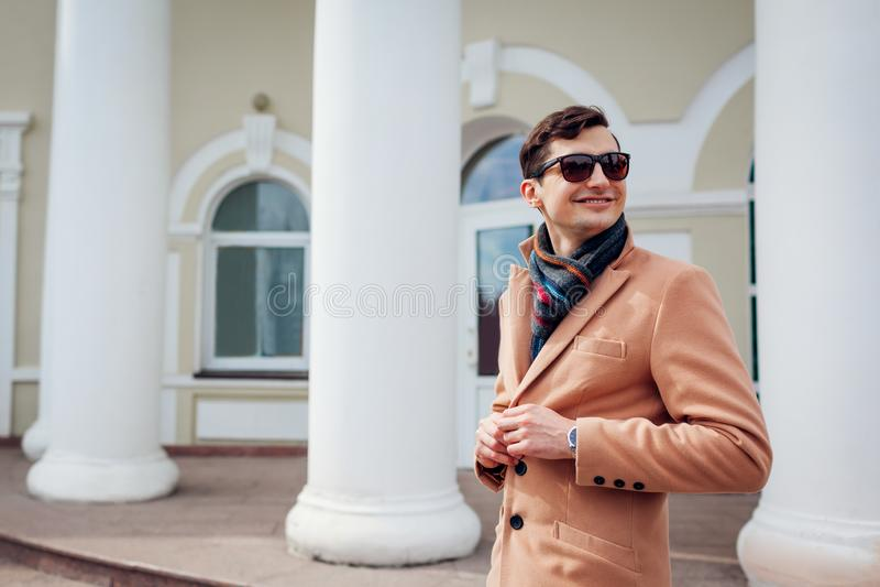 Homem à moda novo que anda na cidade Indivíduo considerável que veste a roupa e acessórios clássicos Fôrma da rua fotos de stock