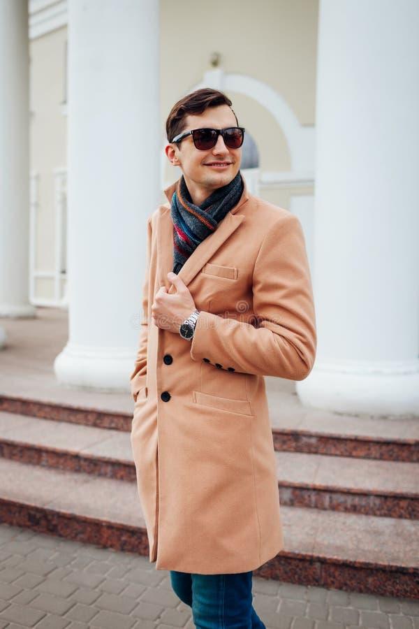 Homem à moda novo que anda na cidade Indivíduo considerável que veste a roupa e acessórios clássicos Fôrma da rua imagens de stock royalty free
