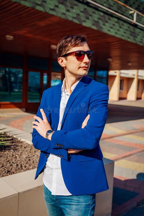 Homem à moda novo que levanta fora Indivíduo considerável que veste a roupa e acessórios clássicos Fôrma da rua fotos de stock
