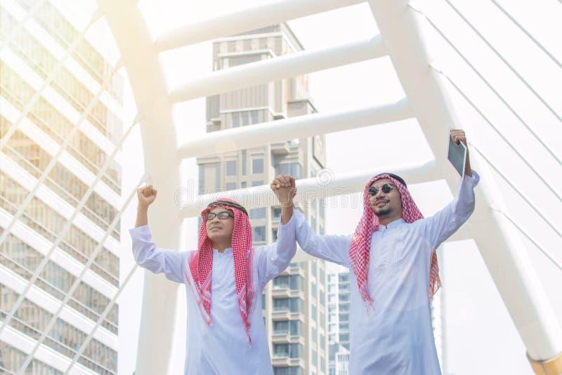 Homem árabe bem sucedido que comemora a vitória foto de stock