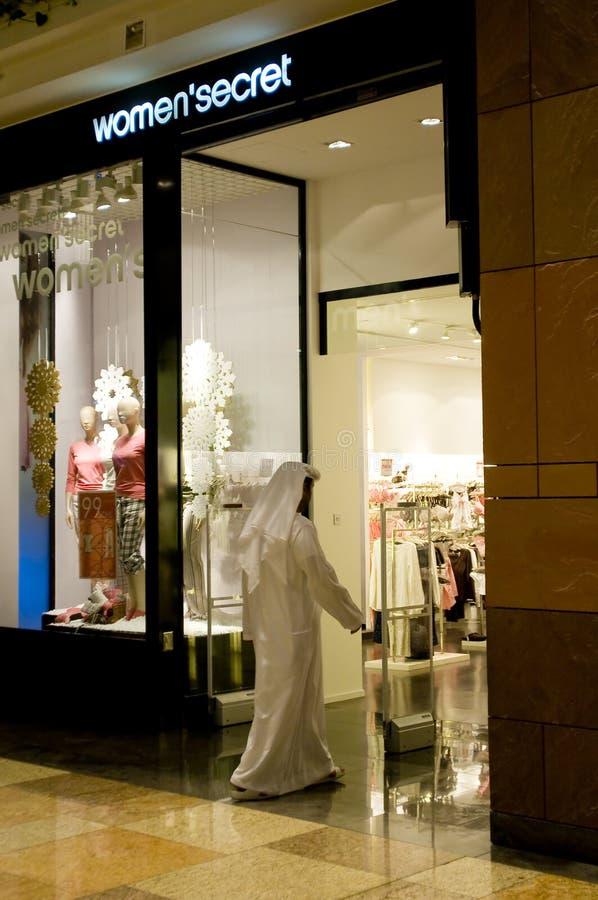 Homem árabe de Emirati que entra em uma loja em uma alameda imagem de stock