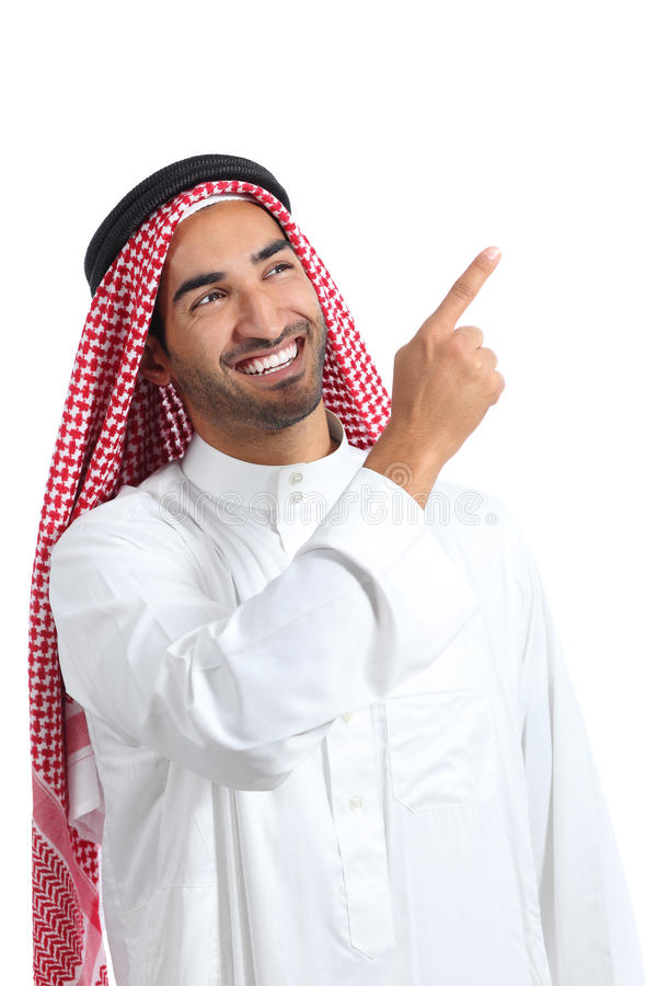 Homem árabe do promotor do saudita que apresenta apontar no lado imagem de stock