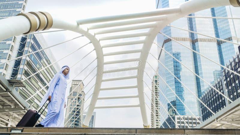 Homem árabe do viajante do negócio que leva uma mala de viagem fotos de stock royalty free