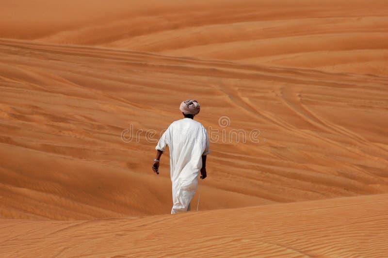 Homem árabe no deserto fotografia de stock