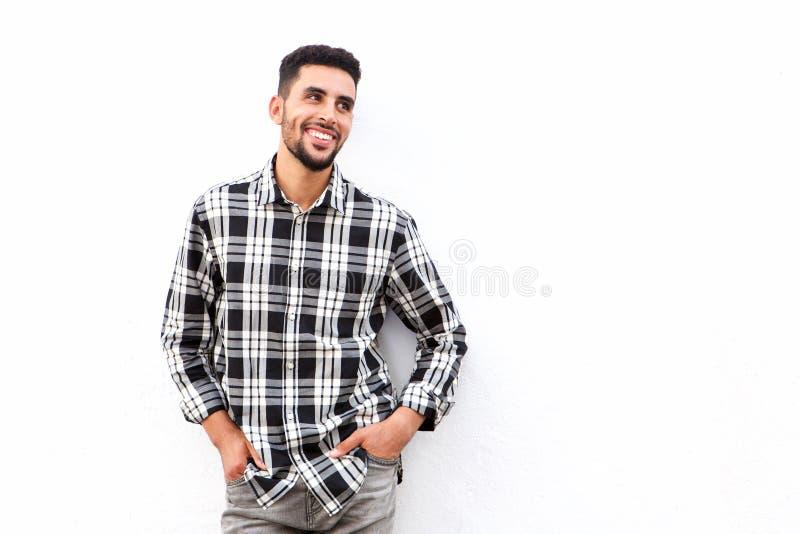 Homem árabe novo fresco que sorri contra o fundo branco foto de stock