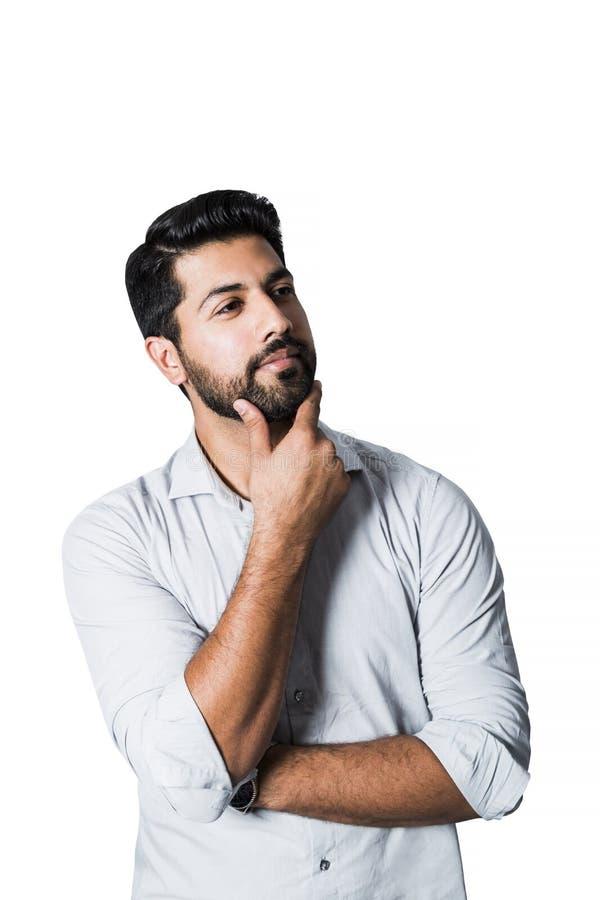Homem árabe pensativo que está na camisa branca fotografia de stock