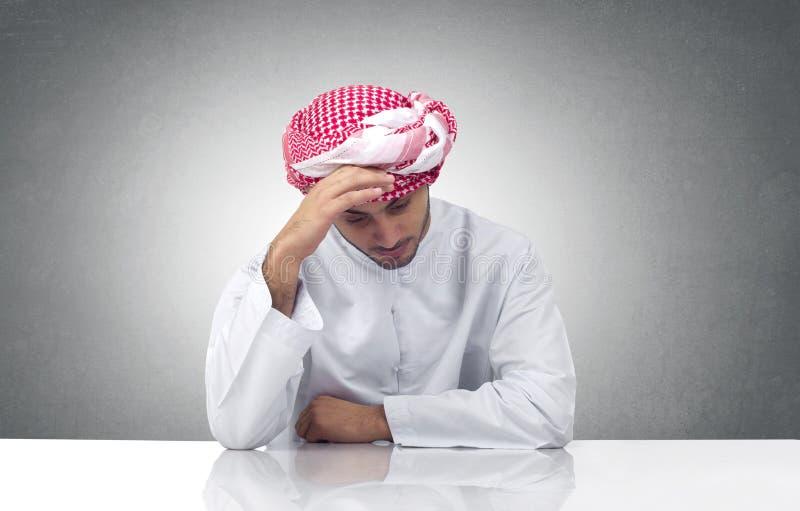 Homem árabe que expressa a tristeza em seu escritório imagens de stock