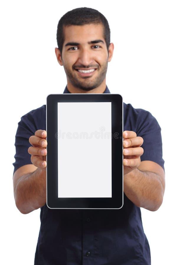 Homem árabe que mostra um app em uma tela vazia da tabuleta fotografia de stock royalty free