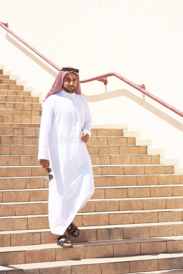 Homem árabe que vai em baixo imagem de stock
