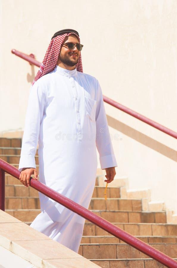 Homem árabe que vai em baixo imagens de stock royalty free