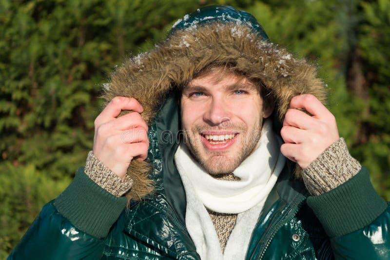 Homem É parte externa fria Floresta na neve Tien Shan Férias e viagem no inverno Homem feliz em feriados de inverno imagem de stock royalty free