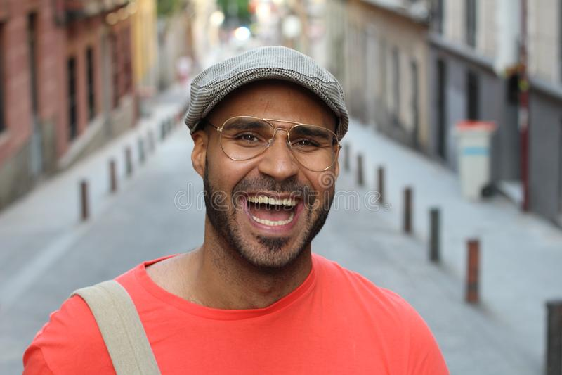 Homem étnico bonito que ri para fora ruidosamente fotos de stock royalty free