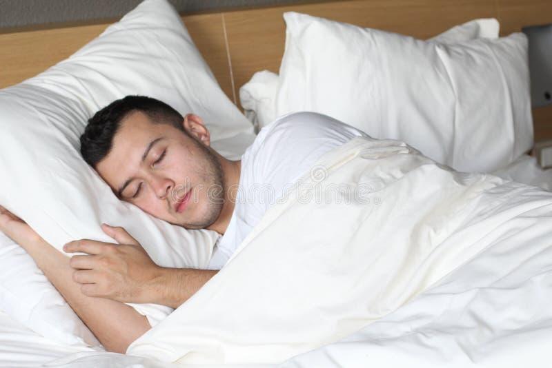 Homem étnico relaxado que dorme como um bebê foto de stock