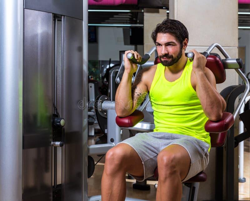 Homem abdominal do exercício da máquina da trituração foto de stock