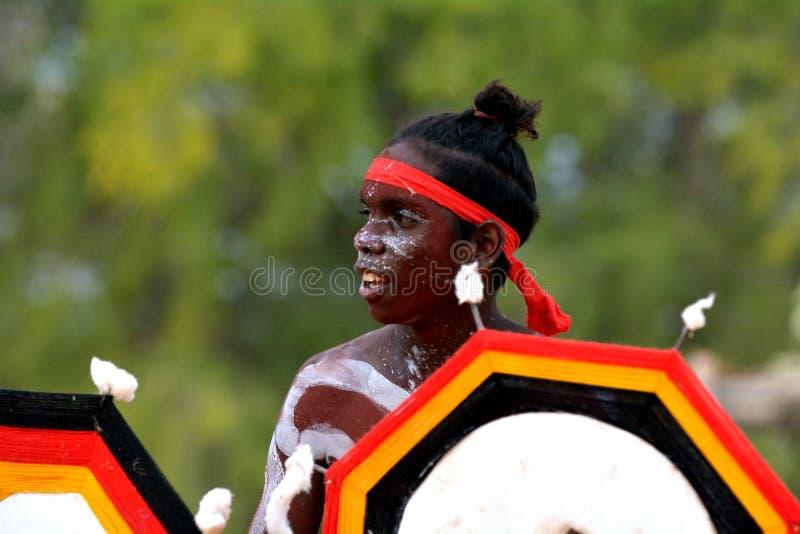 Homem aborígene dos australianos nativos adultos novos que dança uma dança cultural da cerimônia imagens de stock royalty free