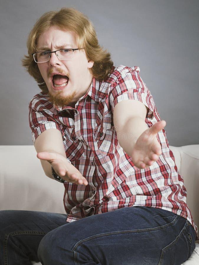 Homem adolescente que queixa-se gesticulando as mãos imagem de stock royalty free