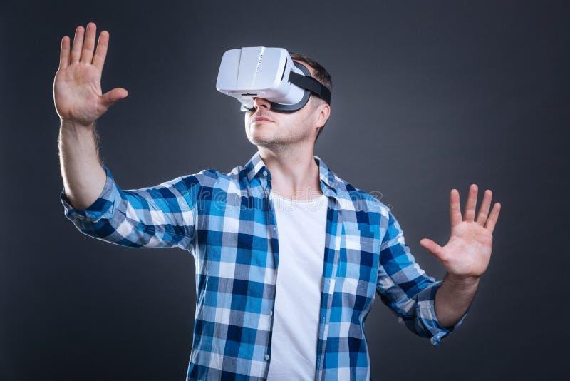 Homem adulto agradável que aprecia a realidade alternativa imagem de stock royalty free