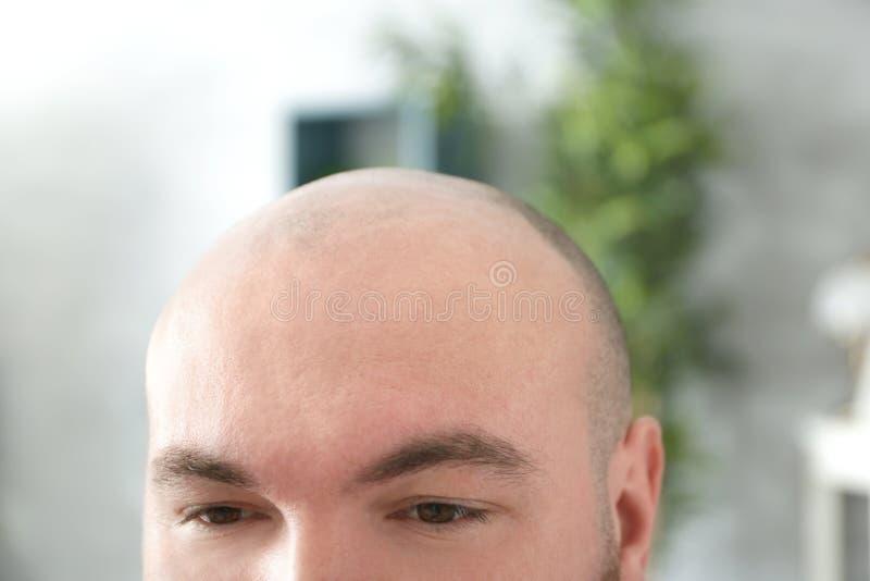 Homem adulto calvo no fundo borrado foto de stock