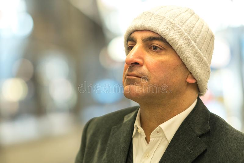 Homem adulto com olhar fixamente contemplativo foto de stock royalty free