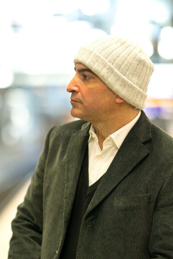 Homem adulto com olhar fixamente contemplativo foto de stock