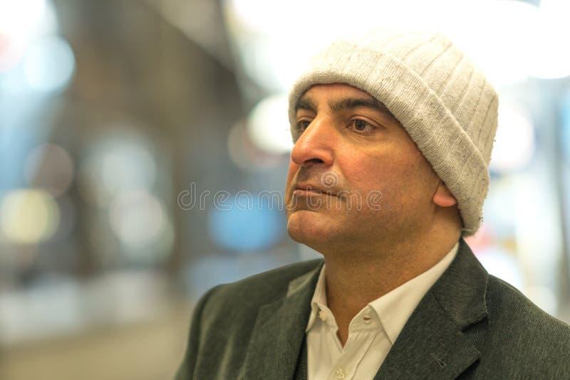 Homem adulto com olhar fixamente contemplativo fotografia de stock royalty free