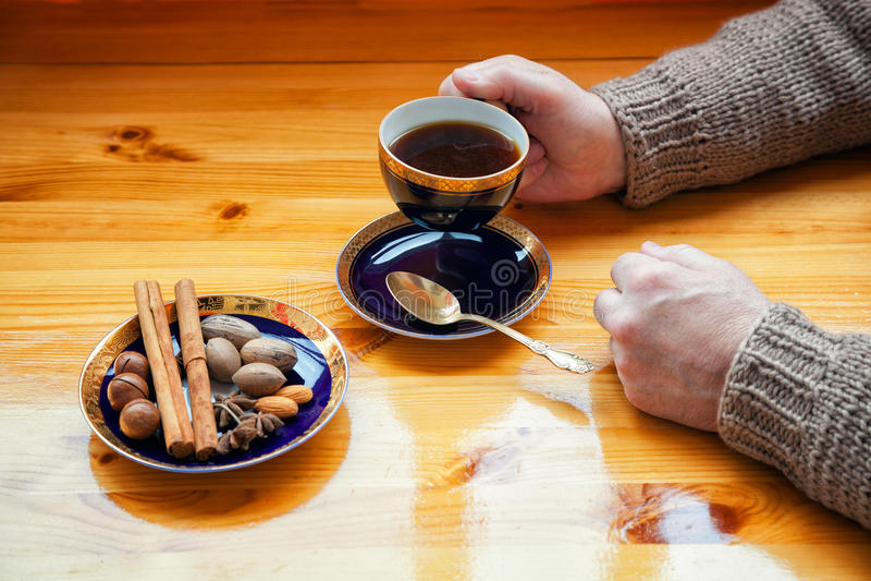 Homem adulto no café bebendo da camiseta morna a manter-se morno imagens de stock