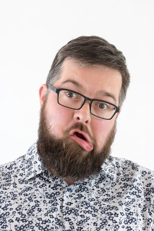Homem adulto novo pateta na camisa fotografia de stock