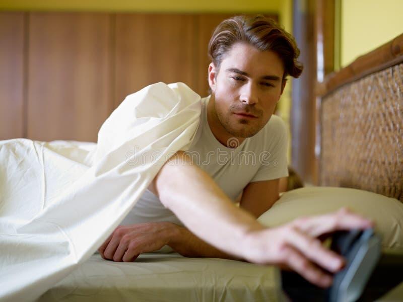 Homem adulto novo que acorda na manhã fotos de stock