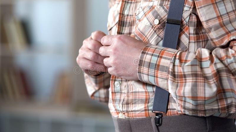 Homem adulto que abotoa-se acima da camisa quadriculado, vestidos retros do estilo do vintage, vista lateral imagens de stock royalty free
