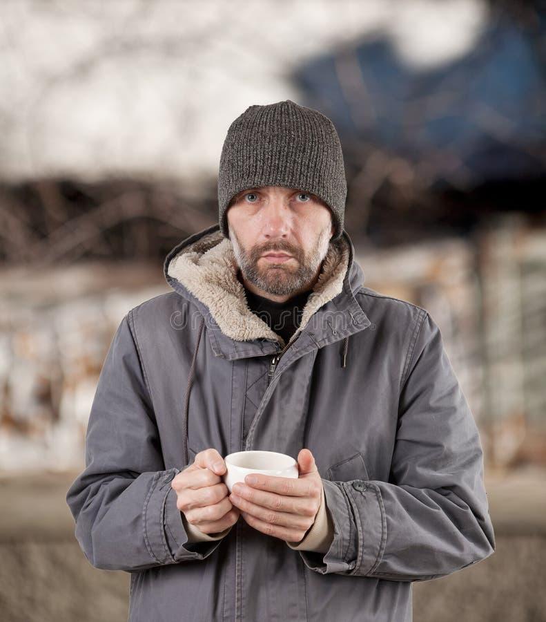 Homem adulto que guardara o copo fotos de stock royalty free