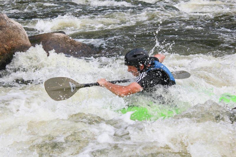 Homem adulto que rema um caiaque no rio Estilo de vida ativo na aposentadoria imagens de stock royalty free