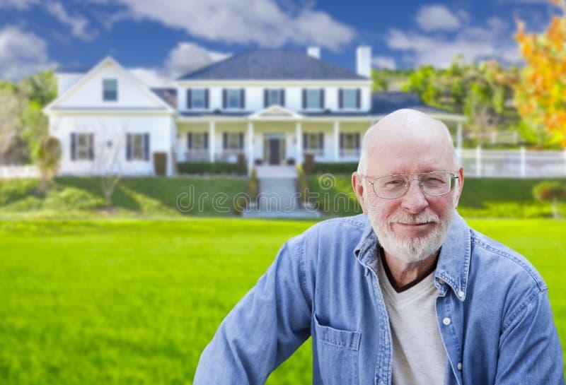 Homem adulto superior na frente da casa fotografia de stock