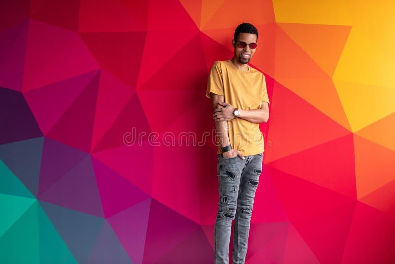 Homem africano à moda no fundo colorido imagens de stock royalty free