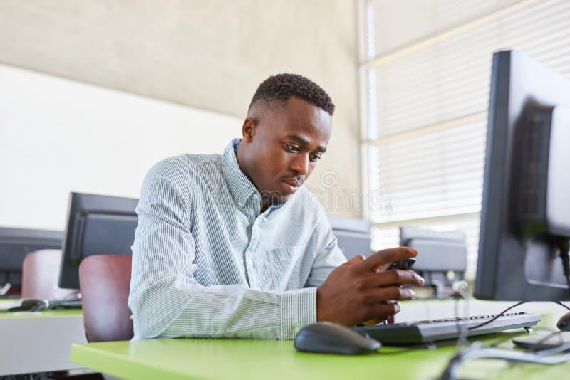 Homem africano como o estudante imagens de stock