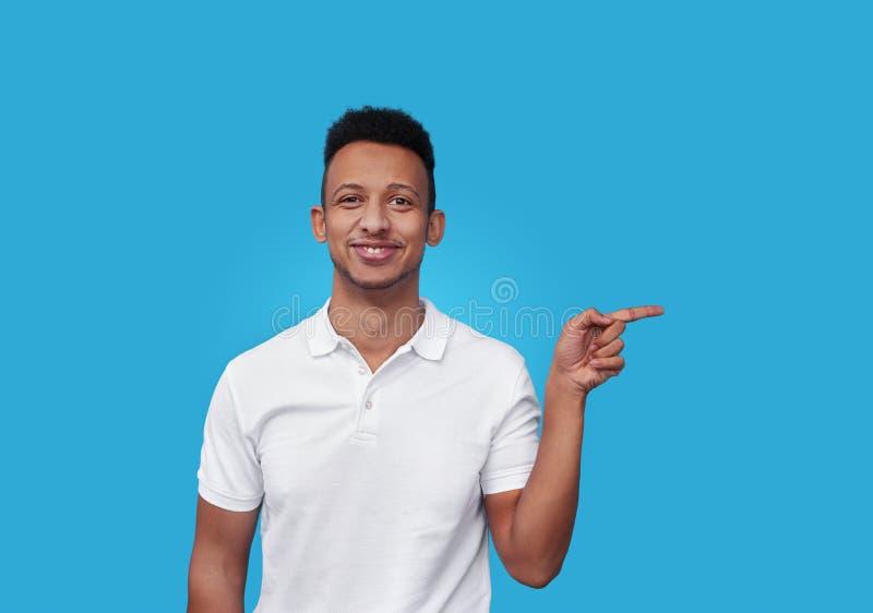 Homem africano de sorriso que aponta de lado fotos de stock