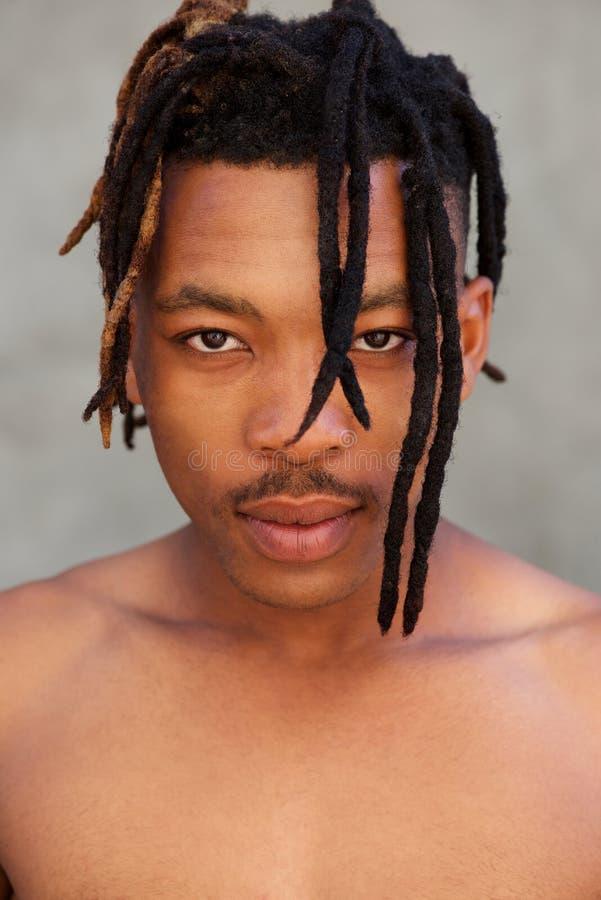 Homem africano descamisado com dreadlocks fotografia de stock