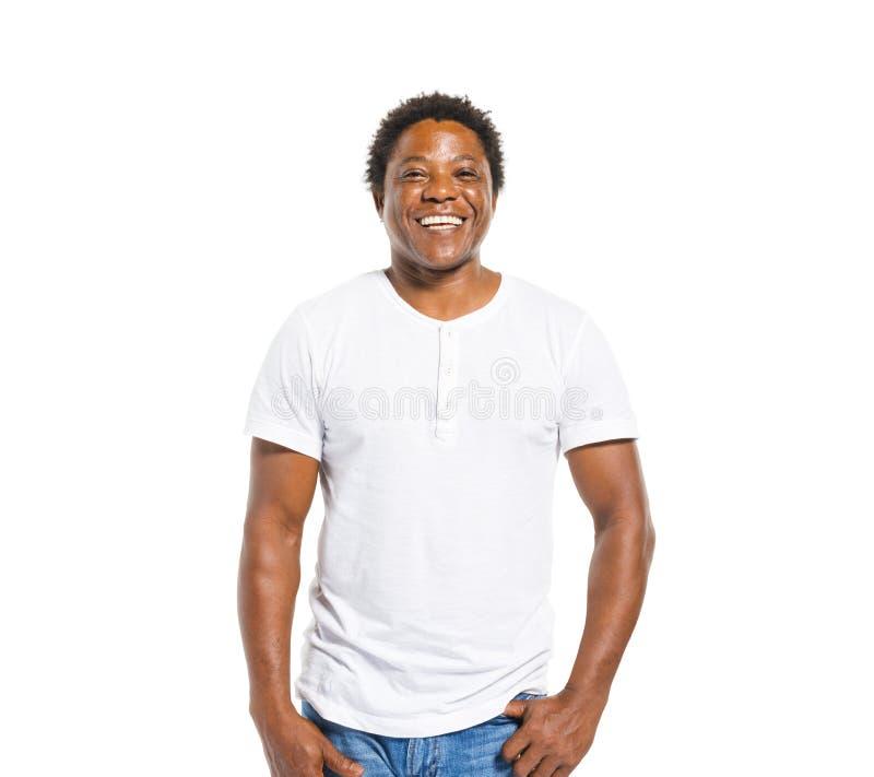 Homem africano feliz no fundo branco imagem de stock