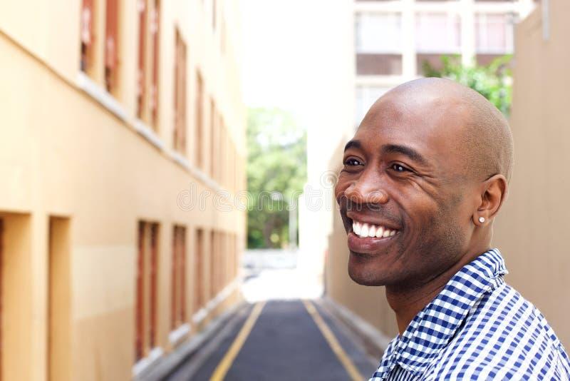 Homem africano mais idoso de sorriso na cidade foto de stock