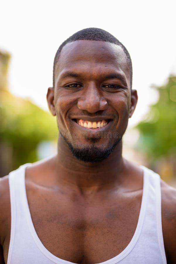 Homem africano muscular considerável nas ruas fora imagens de stock royalty free