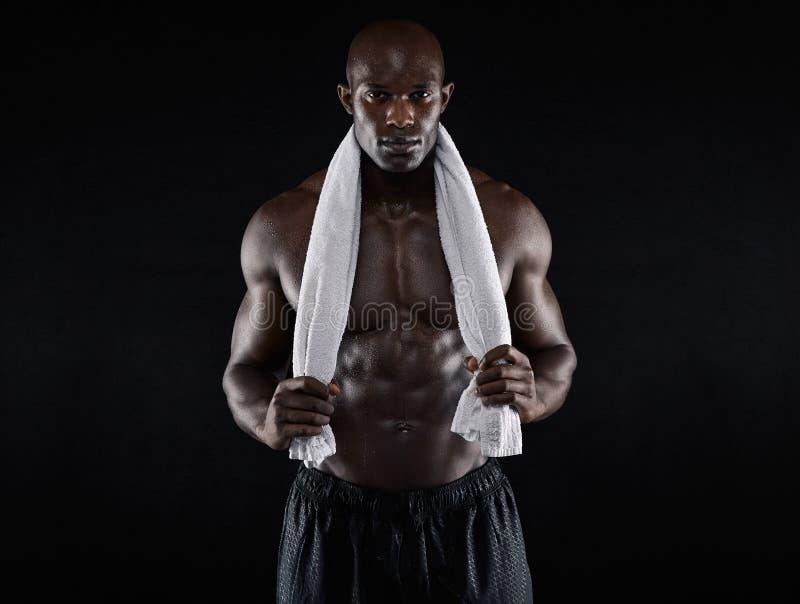 Homem africano novo apto após o exercício imagem de stock royalty free